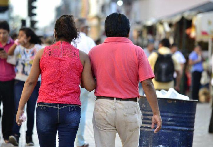 La iglesia católica asegura que el sacramento del matrimonio es indisoluble. Imagen de contexto de una pareja en el centro de Mérida. (Milenio Novedades)