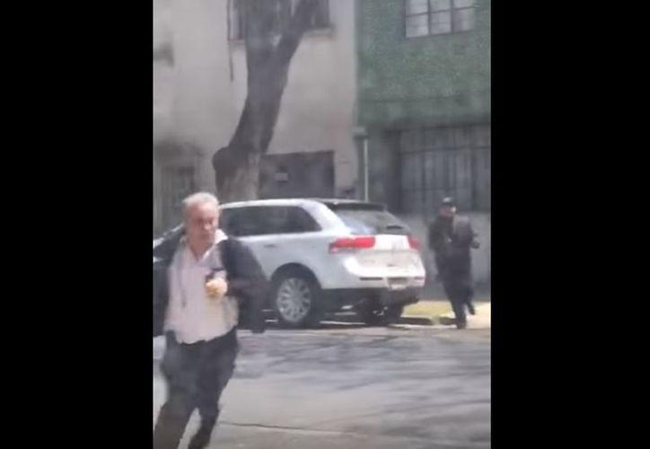 Una persona logró salvarse de un asalto y de un balazo que le disparó uno de los ladrones que lo perseguían. (Foto: Captura de video)