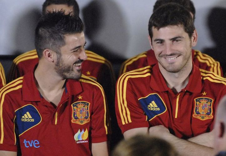 David Villa (i) dialoga con el arquero Iker Casillas, ambos integrantes asiduos de la Selección Española. (EFE/Archivo)