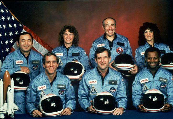 Foto de archivo proporcionada por la NASA en donde se observa a la tripulación del Challenger misión 51L. Al frente desde la izquierda están Michael J. Smith, Francis R. (Dick) Scobee y Ronald E. McNair. En la segunda fila a partir de la izquierda están Ellison Onizuka, Christa McAuliffe, Gregory Jarvis, y Judith Resnik. (NASA vía AP)