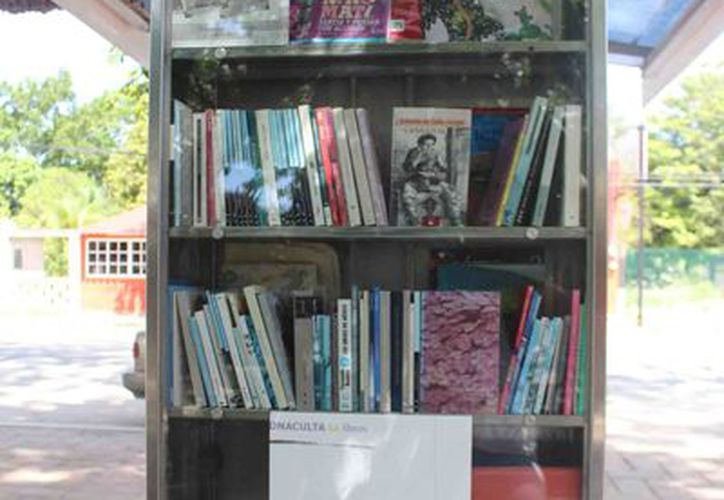 320 libros están disponibles en el parador de Felipe Carrillo Puerto, pero nadie los lee (Foto: Jesús Caamal  / SIPSE)