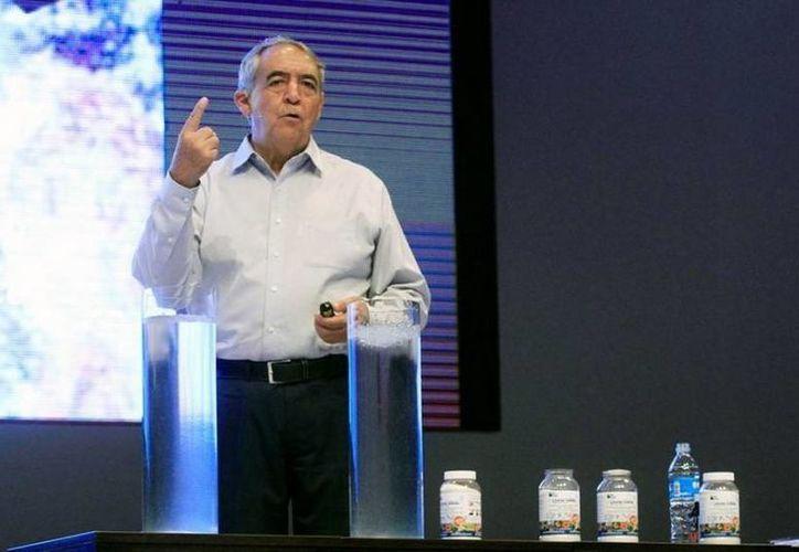 El investigador mexicano, Sergio Rico, es el inventor de la llamada 'agua sólida', el cual es un polvo que absorbe el agua y lo convierte en gel, y que podría representar una solución ante la cada vez mayor escasez de agua en el mundo. (.elquiglobal.cl)