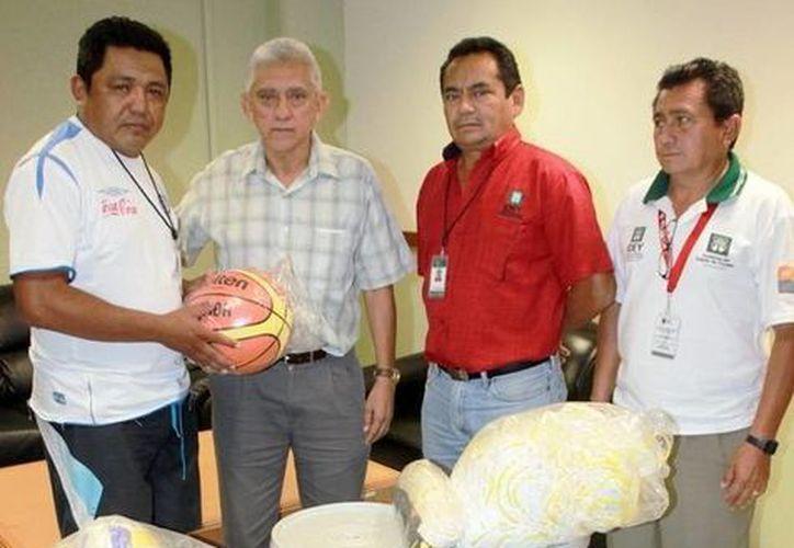 Integrantes del Comité Deportivo de la colonia Azcorra reciben apoyos. (SIPSE/Foto de archivo)