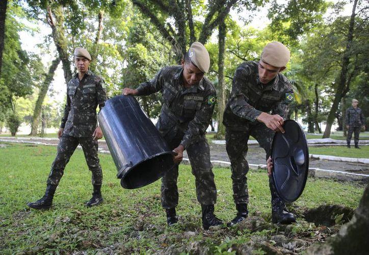 Soldados del Ejército brasileño en una movilización de limpieza para eliminar los criaderos del mosquito Aedes Aegypt -transmisor del virus del zika- en Sao Paulo. Este lunes se aprobó que funcionarios de salud allanen predios para poder combatir a dicho mosco. (EFE/Archivo)