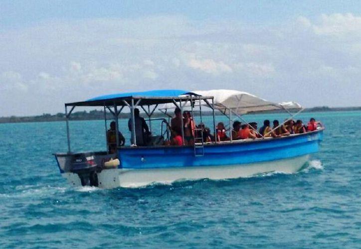 Alrededor de 100 embarcaciones, entre veleros, kayacs y lanchas, se dedican a prestar servicio de paseos. (Javier Ortíz/ SIPSE)