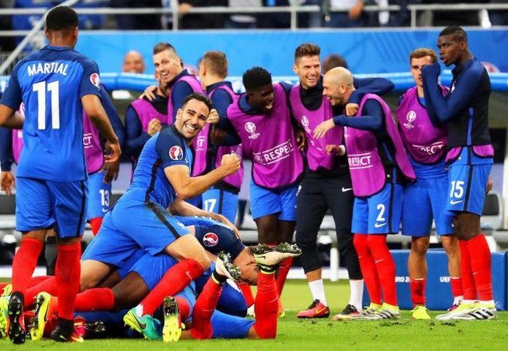 Los jugadores de Francia celebran el gran gol de Payet, al final, para dar los tres puntos a los galos frente a Rumania en el primer partido de la Eurocopa. (EFE/EPA)