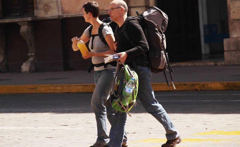 Hoteles del Centro Histórico de Mérida, con buena ocupación. Imagen de dos turistas mientras cruzan una calle del Centro. (Milenio Novedades)