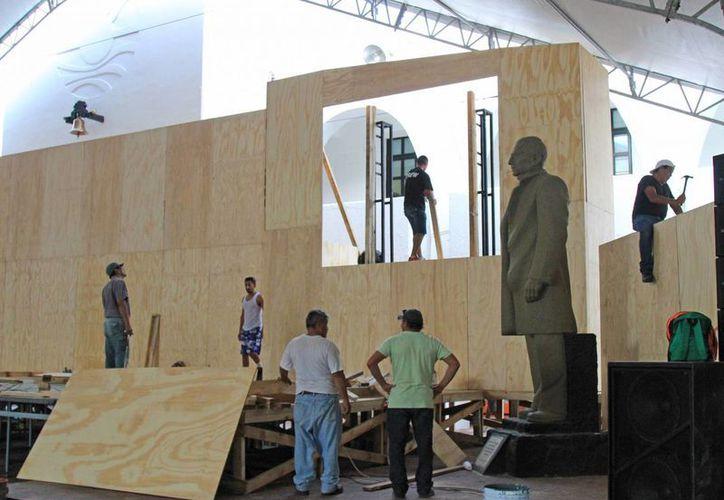 Alistan el espacio donde se tomará la protesta en Cancún. (Jesús Tijerina/SIPSE)