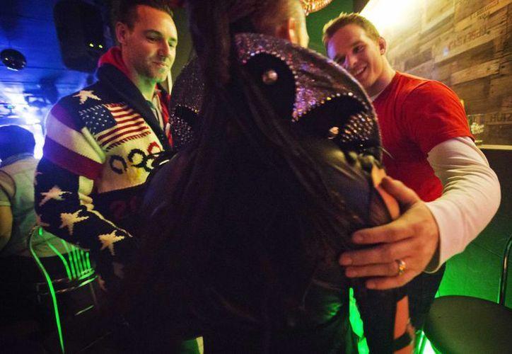 Hombres y mujeres que acuden al Cabaret Mayak en Sochi, esquivan comentar sobre la ley antigay, prefiriendo mantenerse dentro del clóset. (Agencias)