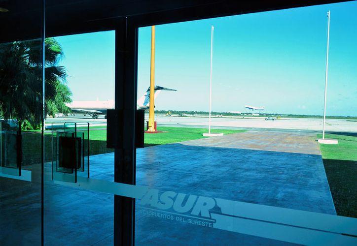 La conexión aérea a la Cdmx está saturada, por lo que Gobierno y la empresa que opera el aeropuerto internacional de Mérida buscan alternativas para incrementar las frecuencias. (SIPSE/Archivo)