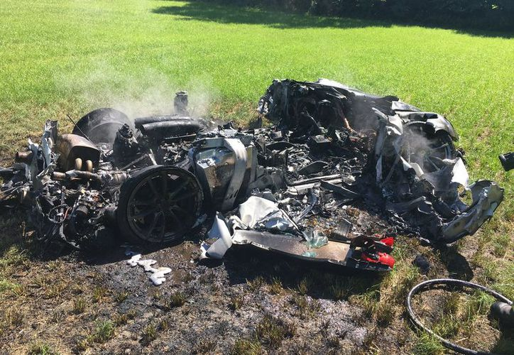 Un hombre destrozó su Ferrari  tras salirse de la calzada en Yorkshire del Sur . (Twitter/@SYPOperations).