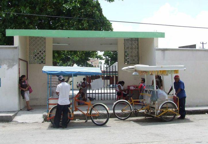 Vendedores ambulantes ofrecen productos frente a escuela. (Rossy López/SIPSE)