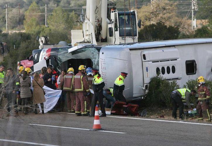 Un total de 13 personas fallecieron esta mañana al chocar un autobus contra un vehículo en la autopista AP-7, a la altura de Freginals, Tarragona. Todas eran jóvenes extrajeras. (EFE)