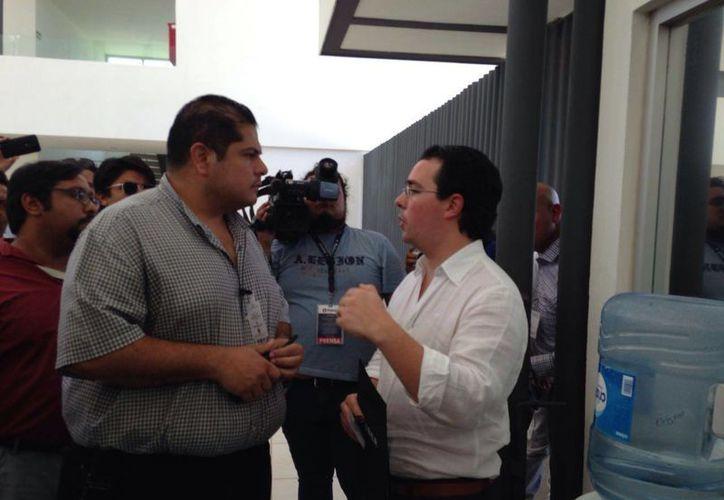 Francisco Sordo, director de Uber México (d), llegó al Congreso del Estado para intentar dialogar con los diputados locales que finalmente aprobaron un impuesto del 10 % a taxis que ofrezcan servicios vía app. (Israel Cárdenas/Milenio Novedades)