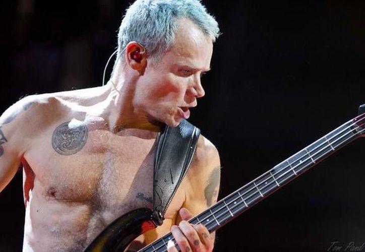 El bajista Michael 'Flea' Balzary, de Red Hot Chili Peppers, se mostró molesto por las decisiones de los árbitros colombianos.  (stadium-arcadium.com)