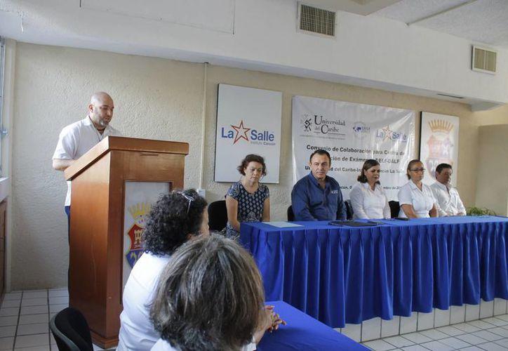La Universidad del Caribe y el Instituto Cancún La Salle firmaron el convenio. (Yajaira Valtierra/SIPSE)