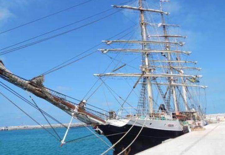 El buque-escuela 'Gunilla' atracado en la terminal marítima de Progreso, Yucatán. (SIPSE)