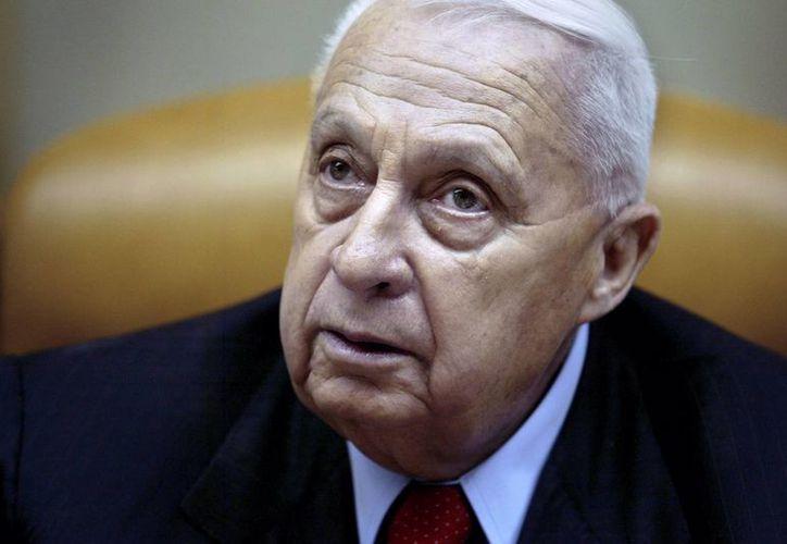 El entonces primer ministro israelí Ariel Sharon en una foto que fue tomada el 30 de enero de 2005 en su oficina en Jerusalén. El hospital que lo atiende dice que su salud se ha deteriorado aún más y se encuentra grave. (Agencias)