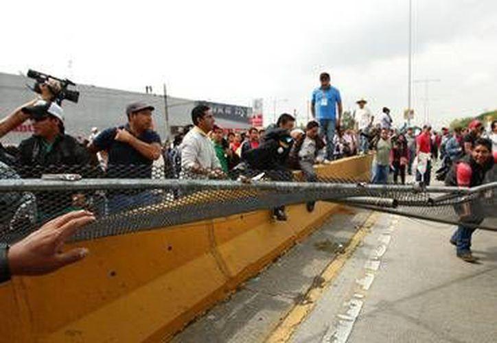 Los maestros de la CNTE obstruyeron los accesos hacia el Aeropuerto de la Ciudad de México, retrasando los vuelos. (informador.com.mx)