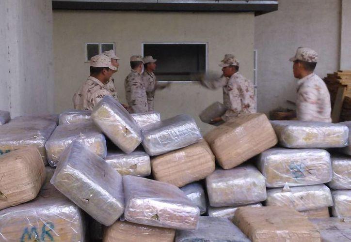 La posibilidad de que se legalice el consumo del marihuana obligó a organizaciones civiles a armar una campaña contra la medida. La imagen, utilizada solo con fines ilustrativos, corresponde a un decomiso de drogas, en Tijuana, Baja California. (Archivo/NTX)