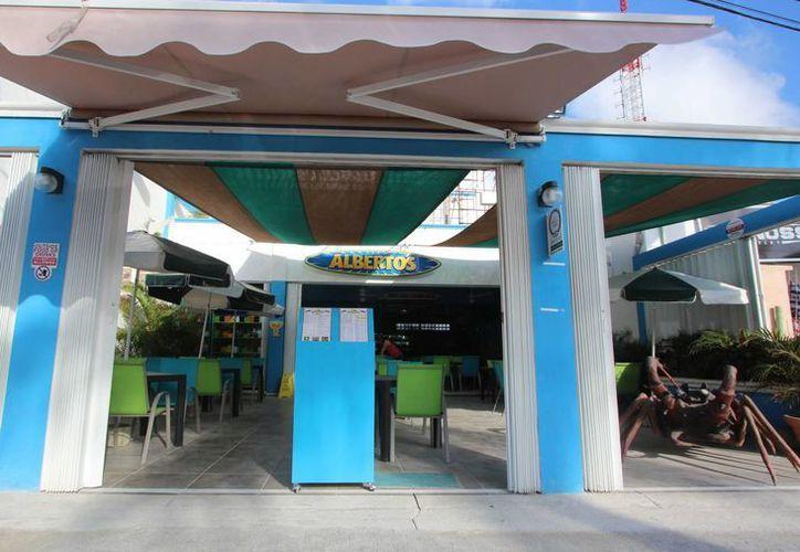 El restaurante ubicado en el muelle Puerta Maya de Cozumel, ya es investigado por verter aguas negras a una zona de cenotes. (Gustavo Villegas/SIPSE)