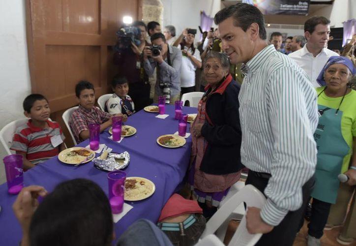 Peña Nieto durante un acto relacionado con la Cruzada Nacional contra el Hambre, ayer en Uruapan, Michoacán. (Notimex/Foto de archivo)