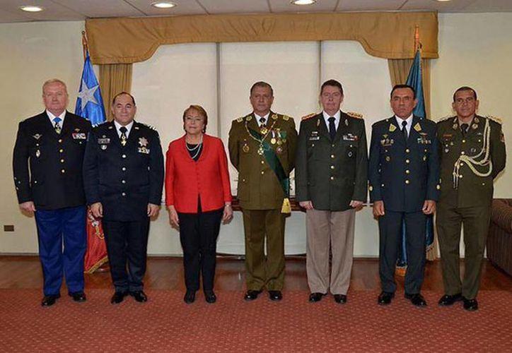 Ceremonia en la Escuela de Oficiales, en la ciudad de Santiago, a la cual asistió la presidenta de Chile, Michelle Bachelet. (Milenio)