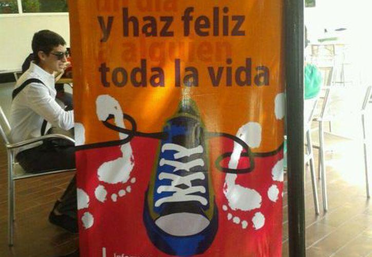 """El lema del proyecto es """"Descálzate un día y haz feliz a alguien toda la vida"""". (Sergio Orozco/SIPSE)"""