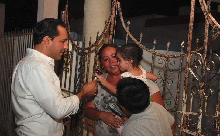 El alcalde, Mauricio Vila Dosal, lanzó un nuevo programa en el que visita, casa por casa, a los ciudadanos, a quienes les explica las acciones del gobierno que encabeza. (Milenio Novedades)
