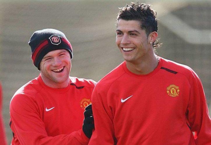Rooney (i) y Cristiano en la época en que jugaban juntos para el Manchester United. (wordpress.com/Archivo)