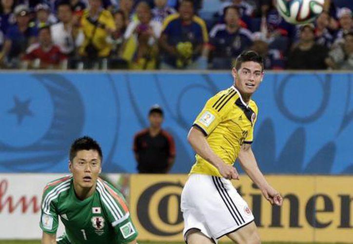 Para el colombiano James Rodríguez (d) el gol que le hizo a Japón fue el más lindo de los 6 que marcó en el Mundial, aunque ese no ganó el Premio Puskas. (Foto: AP)
