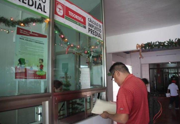 Hasta el  momento,  alrededor  de  nueve  mil  dueños  de  lotes  ha acudido a las cajas municipales para cumplir con sus impuestos. (Gustavo Villegas/SIPSE)