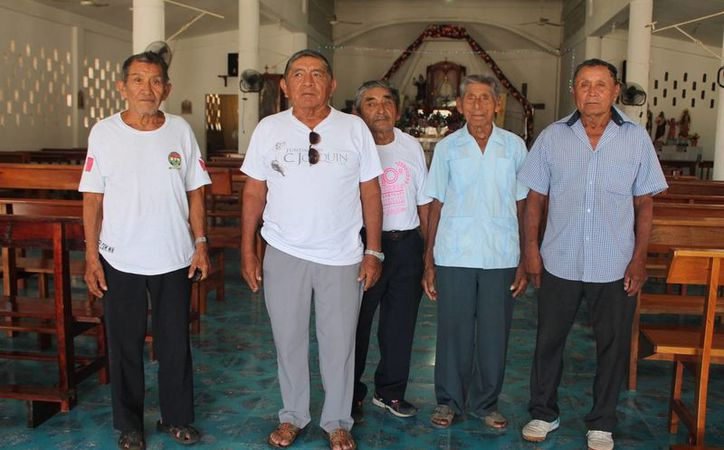 Los dignatarios mayas custodian la iglesia de la localidad. (Raúl Balam/SIPSE)
