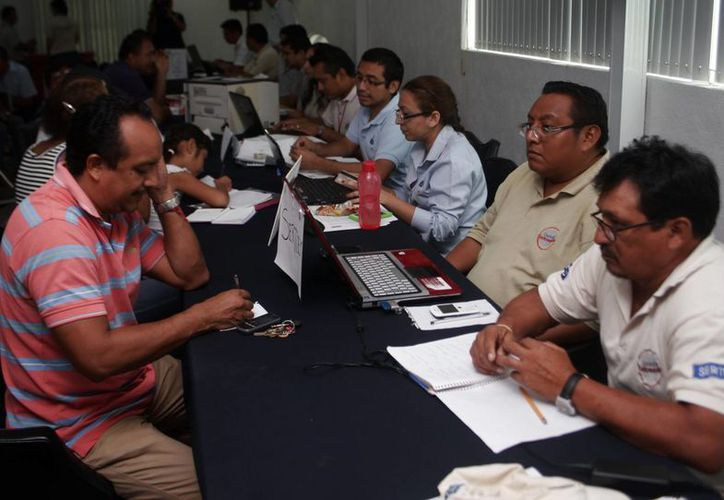 Asesores del Infonavit atendieron a los trabajadores interesados. (Christian Ayala/SIPSE)