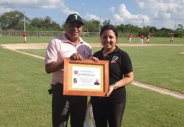 Susana Herrera Lara, presidenta de la Liga Invernal de Beisbol, recibe un reconocimiento. (Milenio Novedades)