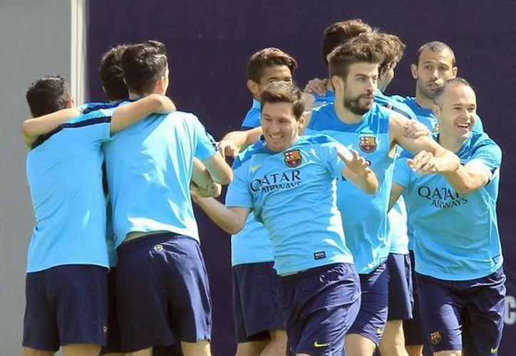 Messi (c) seguirá ligado al Barcelona con nuevo contrato. Este sábado el delantero argentino puede marcar diferencia en el partido contra el Atlético de Madrid por el título de liga, y el mes que viene se espera que juegue su segundo Mundial. (EFE)