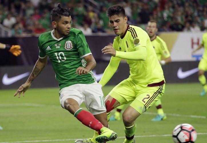 Jesús Manuel Corona tuvo un partidazo ante Venezuela que coronó con un auténtico golazo, lo que puso los reflectores del torneo sobre el mexicano. (AP)