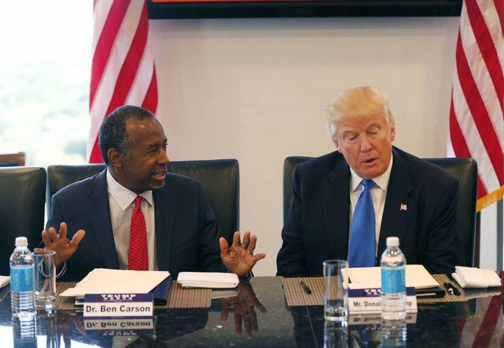 El Dr. Ben Carson durante la mesa redonda del candidato presidencial republicano Donald Trump con la Iniciativa de Liderazgo Republicano en sus oficinas en Trump Tower en Nueva York. (AP/Gerald Herbert)