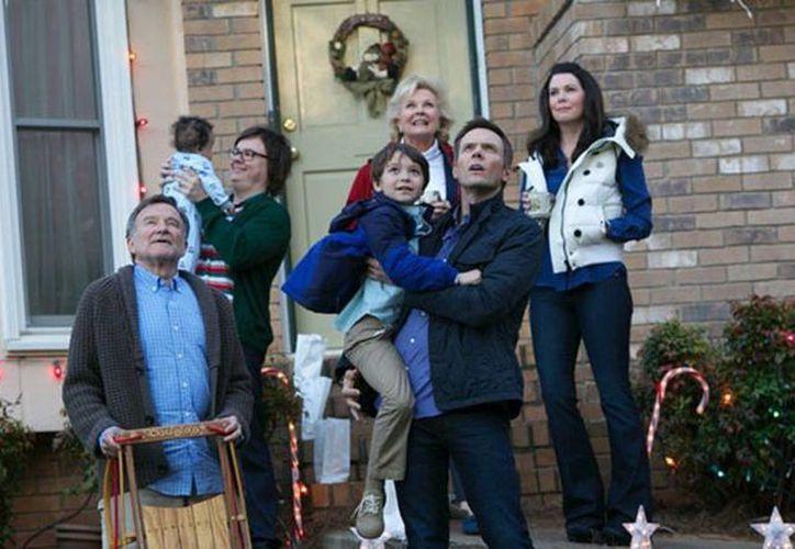 Imagen de la cinta Merry Friggin' Christmas, en la que  Robin Williams aparece junto a Wendi McLendon Covey. Está programada para estrenarse el próximo mes de diciembre. (kwch.com)
