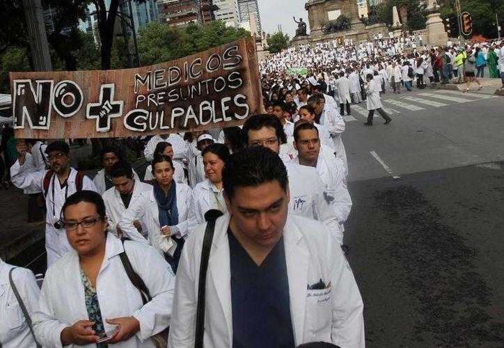 Miles de médicos afines al movimiento #yosoy 17, realizaron una marcha del Ángel de la Independencia al Zócalo capitalino. (Archivo/Notimex)