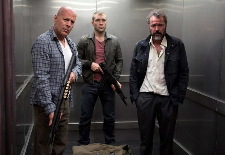 Cartel publicitario de 'A Good Day to Die Hard', con Bruce Willis, Jai Courtney como su hijo y Sebastian Koch. (Agencias)