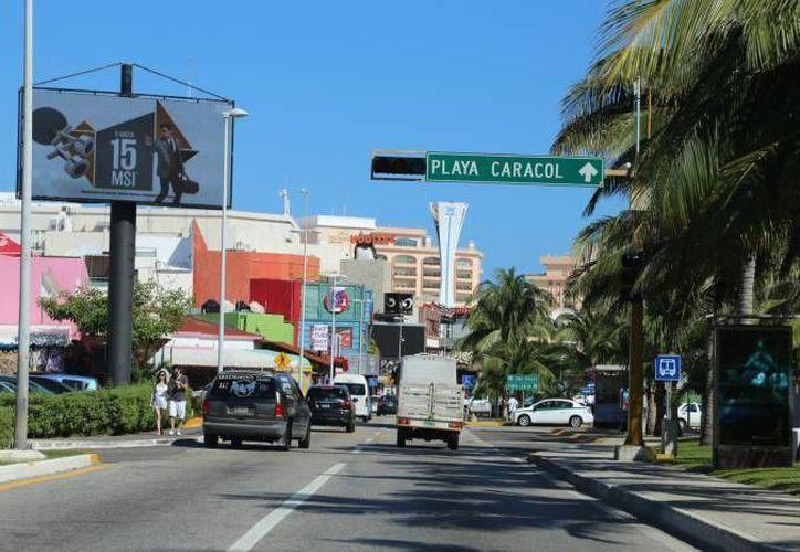 El semáforo ubicado en la zona hotelera de Cancún a la altura de Plaza Caracol será removido. (Redacción/SIPSE)