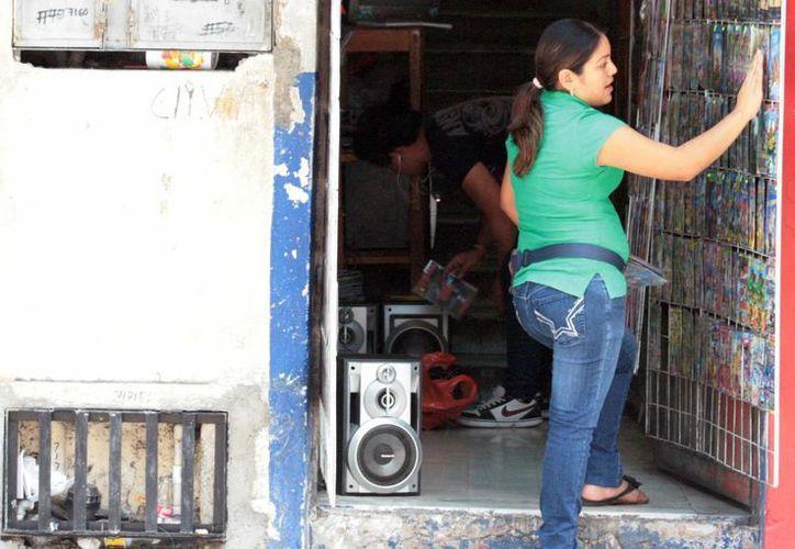 Entre los negocios multados se encuentran puestos de discos pirata. (Milenio Novedades)