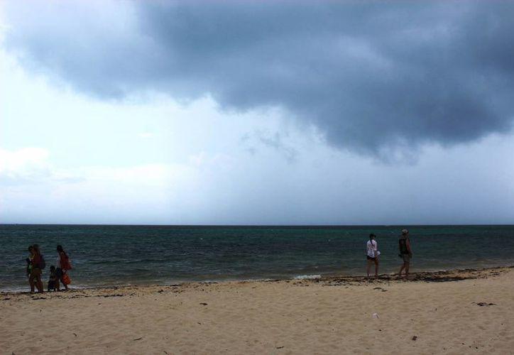 A pesar de las lluvias que cayeron el martes, la temperatura continuará cálida en la Riviera Maya. (Octavio Martínez/SIPSE)
