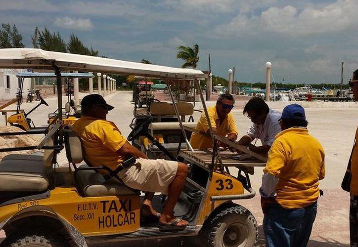 La subdelegación de Comunicaciones y Transportes supervisó que los carritos de golf estén en buenas condiciones. (Raúl Balam/SIPSE