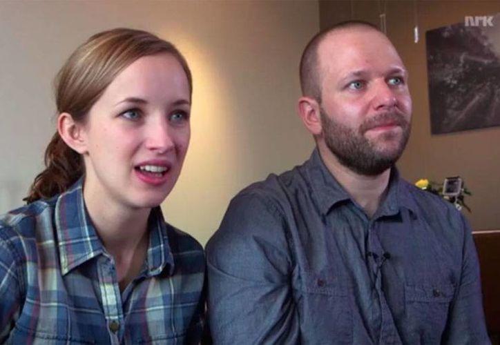Anders Helstrup cuenta a su esposa la historia de cómo vio pasar de cerca el meteorito que pudo haberle arrebatado la vida, cuando minutos antes había abierto su paracaídas. (YouTube)