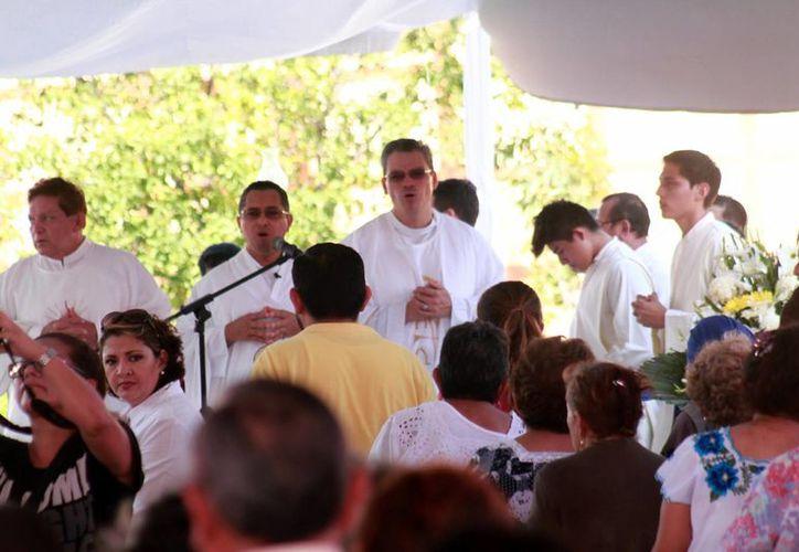 La eucaristía de los Fieles Difuntos en Xoclán la ofició el Pbro. Candelario Jiménez Jiménez, vicario general de la Arquidiócesis. Pidió a los asistentes vivir en comunión con Jesucristo para cuando llegue el momento de la muerte. (Milenio Novedades)