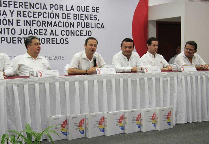 Las autoridades durante la firma del acta de transferencia. (Luis Soto/SIPSE)