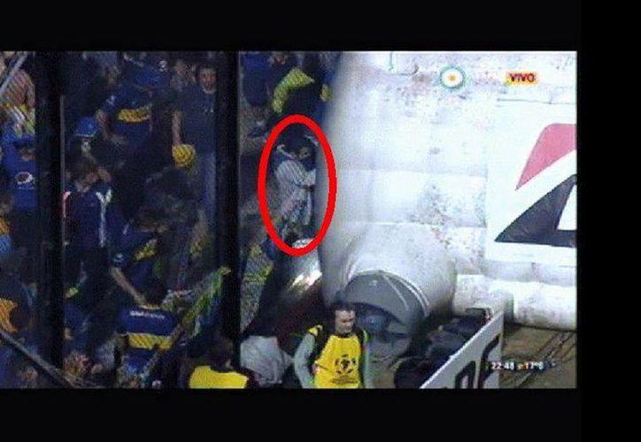 Las cámaras de seguridad del estadio La Bombonera captaron a un aficionado al momento que al parecer arrojaba gas pimienta a jugadores de River Plate en el entretiempo del partido de Copa Libertadores. (Foto tomada de trome.pe)