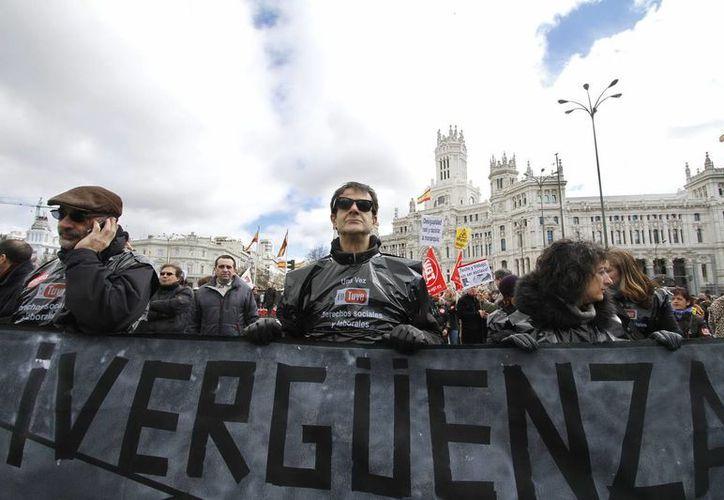 Manifestantes rodearon la emblemática Plaza de Cibeles, en Madrid. (Notimex)